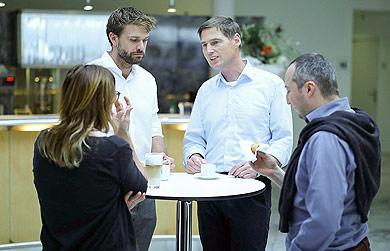 Seminarteilnehmer und Dozent im Gespräch